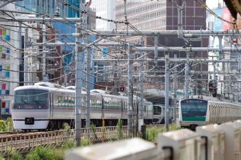 2021年9月13日 9時44分頃。新大久保(西武新宿)。到着する10112Fの114レ(左)と埼京線のE235系。奥に5024レで到着してたはずの38101F(ドラえもん)が見えます。