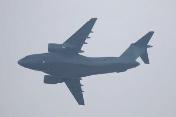 2021年9月13日。石神井公園。と言った並びの直後に、上空へ自衛隊の飛行機も登場。コクピット下に「213」とあったので、いつも入間基地の滑走路横にいて電車から見えるC-2だと思います。煙は出さず。