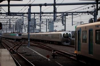 2021年9月13日 17時36分頃。石神井公園。右手前から、3番ホームで待避の40101Fの53M運用・上り回送列車(S-TRAIN送り込み)、4番ホームを通過する001系の36レ、6番線で折り返し待ちの01S運用・メトロ7031F。