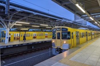 2021年9月13日。石神井公園。手前が2番ホームから発車する2063Fの5327レ(10分ほどの遅れ)と、奥は4番ホームに停車中の2461F+2071Fの2166レ。