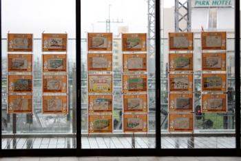 2021年8月15日 朝。所沢。南口の屋外デッキのガラス壁に掲示されたぬり絵作品。
