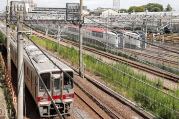 2021年9月16日 11時42分頃。池袋〜板橋。池袋駅北の車庫の様子を、跨線橋からのぞいた図です。右奥に相鉄12000系のお顔が見えていますが、ゴチャゴチャしててわかりにくいです。手前は東武東上線 30000系の下り列車。