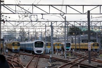 2021年9月16日。上石神井。左から、2459F+2511F+2517Fの回送列車と38101Fの5105レ、ほか。