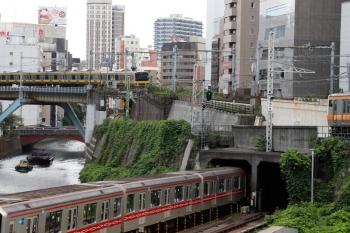 2021年9月16日 10時12分頃。御茶ノ水。上の写真と正反対の位置での撮影です。手前から、東京地下鉄、JR東日本、東京都?の船、が行き交う図となりました。