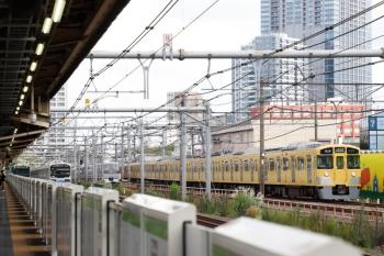 2021年9月16日。西武新宿〜高田馬場(新大久保)。右から、N2000系4連他の上り、10000系の107レ、りんかい線70-000形の埼京線・北行、山手線内回りのE235系。