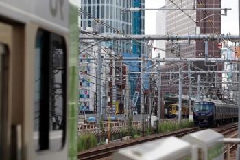 2021年9月16日 9時32分頃。新大久保(西武新宿)。右奥から、相鉄12004Fの埼京線・南行の回送列車、停車中の西武・N2000系、E235系の山手線内回り。