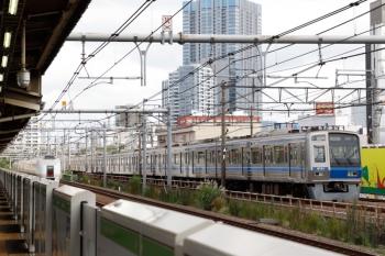 2021年9月16日。西武新宿〜高田馬場(新大久保)。6101Fの2627レ(右)と、「スワローあかぎ」戻しの651系・北行 回送列車。