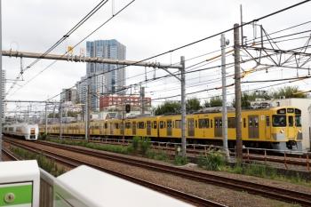 2021年9月16日 9時8分頃。西武新宿〜高田馬場(新大久保)。右が2453F+2059Fの4610レ?、左は651系の特急「スワローあかぎ 4号」4004M。