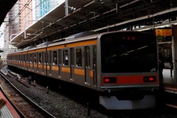 2021年9月16日 9時42分頃。新宿。新大久保から乗車した山手線内回りを下車すると、前を発車していくのは中央線の209系1000番台でした。