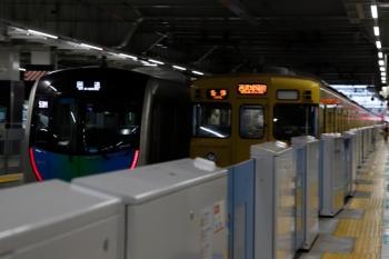 2021年9月16日 17時10分頃。所沢。4番ホームに停車中の2001Fの8092レ(右)の横を、S-TRAIN送り込みの40105Fの上り回送列車が通過。