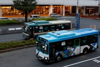 2021年9月18日 17時30分頃。所沢駅西口。発車した新塗装と、出番を待つ旧塗装の、西武バス2台。