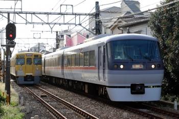 2021年9月16日。都立家政。10108Fの下り回送列車(右)と、2419F+2083Fの4304レ。