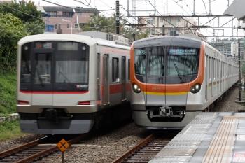 2021年9月18日。秋津。右がメトロ17006Fの1706レ、左は東急4107Fの1703レ。