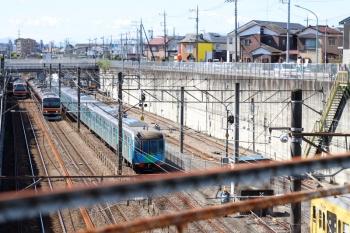 2021年9月19日 10時22分頃。新秋津。EF210-326が切り離された西武40156Fの横を武蔵野線の列車が通過。