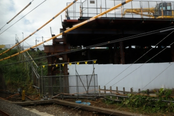 2021年9月19日。武蔵藤沢〜稲荷山公園駅間。下り線・飯能側を、上り列車の車内から見ています。