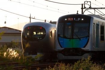 2021年9月19日。元加治。40105Fの2164レ(右)と、001-D編成の下り回送列車。