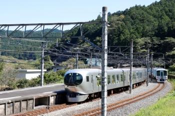 2021年9月20日 11時27分頃。吾野。4009Fの上り回送列車の横を、001-C編成の13レが通過。