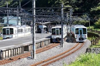 2021年9月20日。吾野。左から、1番ホームに先着した4005Fの5026レ、2番ホームへ到着する4013Fの5021レ、4009Fの上り回送列車。