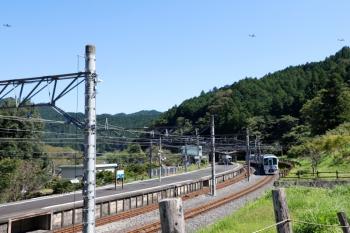 2021年9月30日 11時38分頃。吾野。発車を待つ4009Fの上り回送列車の上を通過する、米軍の3機。