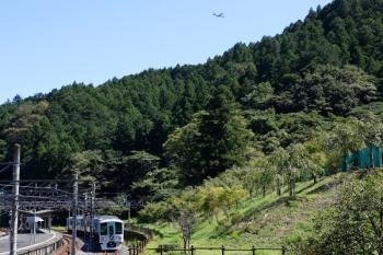 2021年9月20日 11時38分頃。吾野。発車を待つ4009Fの上り回送列車の上を通過し山の向こうへ消えていく米軍機(右上)。o