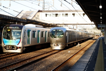 2021年9月20日。仏子。左から、40151Fの2162レ、001-A編成の回送列車、001-B編成の25レ。