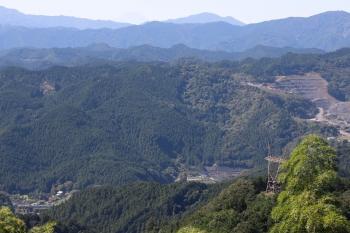 2021年9月20日 10時16分頃。東吾野〜吾野。顔振峠から見た、4009Fの環境活動の下り臨時列車(左下)。