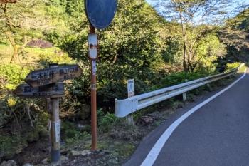 2021年9月20日 8時10分頃。越生市笹郷。奥が八高線で、背後が西武池袋線。左が、顔振峠への登山道の入口です。