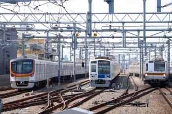 2021年9月23日。石神井公園。右からメトロ7001Fの6408レ、20M運用で折り返し待ちの6113F、メトロ17005Fの4505レ。