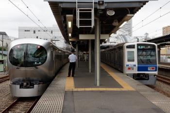 2021年9月25日。東長崎。左が001-C編成の上り回送列車。右は6113Fの4306レ。