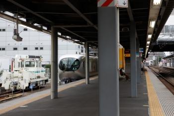 2021年9月25日 12時28分頃。東長崎。4番ホームから発車する001-C編成の上り回送列車。その左は、クレーン付きのモーターカー。