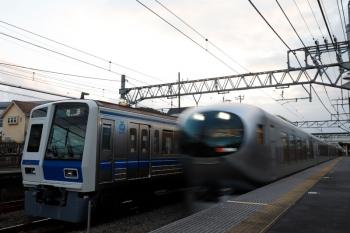2021年9月28日 17時10分頃。仏子。6107Fの上り回送列車(左)と通過する36レ。