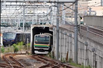 2021年9月28日 9時42分頃。池袋。3番ホームへ到着した相鉄12102ほか10連は北側の車庫へ向かいました。隣に湘南新宿ラインの南行列車が通過。