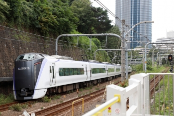 2021年9月28日 10時21分頃。市ヶ谷。快速線を通過するE353系の下り列車。