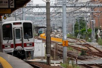2021年9月28日 8時55分頃。北池袋。30000系の上り列車。奥に、JRの板橋駅に停車するE233系が見えてます。