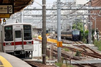 2021年9月28日 9時17分頃。北池袋。11032ほかの準急 池袋ゆきと、JRの板橋駅電留線に止まる相鉄12004F。