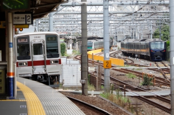 2021年9月28日 9時19分頃。北池袋。11642ほかの普通 池袋ゆき(左手前)と、JRの板橋駅に停車中のE233系、そして電留線に止まる相鉄12004F