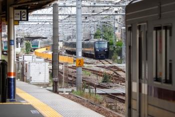 2021年9月28日 9時22分頃。北池袋。東上線上り列車(右手前)と、JRの板橋駅電留線に止まる相鉄12004F(右奥)。