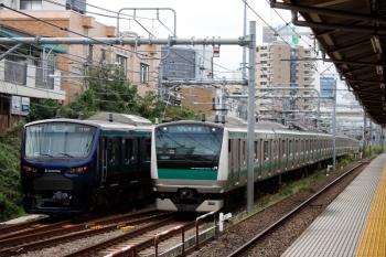 2021年9月28日 9時26分頃。北池袋(池袋〜板橋)。JRの板橋駅電留線から出てきた相鉄12004Fの回送列車(左)とE233系のJR埼京線 下り列車。