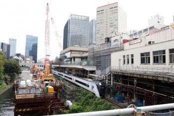 2021年9月28日 11時30分頃。御茶ノ水。中央快速の上り線を通過するE353系の上り列車。