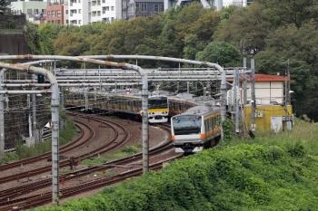 2021年9月28日 11時39分頃。御茶ノ水〜水道橋駅間。並んでやって来た中央快速のE233系と総武緩行のE231系。