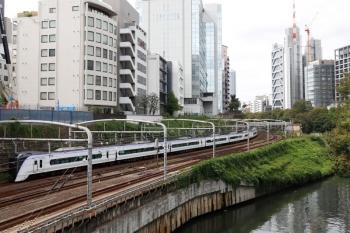 2021年9月28日 11時48分頃。御茶ノ水〜水道橋駅間。E353系の下り列車。