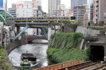 2021年9月28日 11時58分頃。御茶ノ水駅付近。神田川を遡る船と、E231系の総武緩行線。