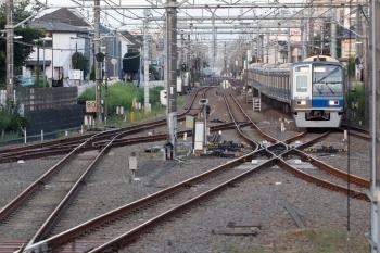 2021年9月28日 5時54分頃。田無。2・3番ホームへ到着する6102Fの上り回送列車。折り返し下り回送列車となります。