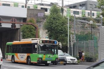 2021年9月29日 13時45分頃。新目白通り(高田馬場〜目白駅間)。郊外へ向かう都バスの回送と、JR山手線のE235系。