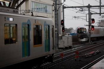 2021年10月1日。石神井公園。3番ホームに40104Fの豊洲ゆきS-TRAIN 504レが到着すると、4番ホームから東急5000系8連の各停 6806レが発車。そして4番ホームを特急14レが通過。