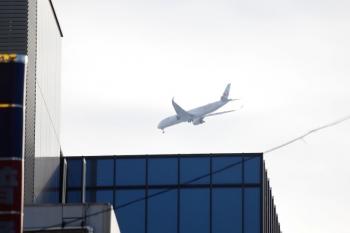 2021年10月2日 15時28分頃。池袋。少し手前側を飛ぶJAL。「A350」と後部の側面に大きく書かれていました。