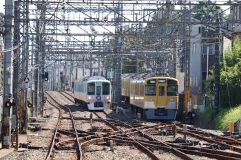 2021年10月2日 11時45分頃。西所沢。引き上げ線に入った2461F+2069F(右)と4009F(52席)の下り列車。