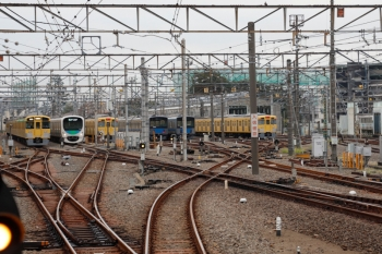 2021年10月8日。上石神井。左の引き上げ線にいるのが2453F+2061Fの回送列車。その右は30104Fの4603レ。