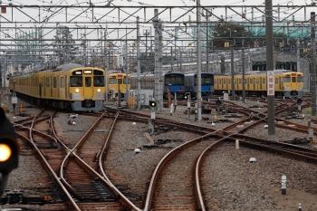2021年10月8日 6時24分頃。上石神井。引き上げ線から1番ホームへ進む2453F+2061Fの下り回送列車。
