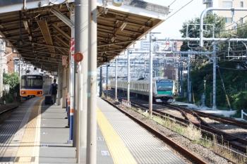 2021年10月8日 9時5分頃。北池袋(池袋〜板橋)。埼京線の上り列車(右)と、東武東上線の下り列車(左)。